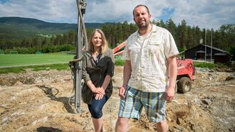 STADIG UTVIKLING: Heidi-Kathrin Osland og Bjarte Ramstad i Kaupanger idrettslag set stor pris på pengegåva.
