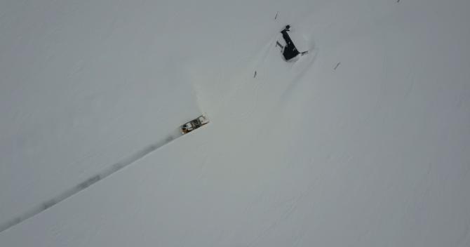 SMALT: Det er ein einsam jobb Olav Vee har når han sakte, men sikkert jobbar seg fram i tonnesvis med snø og etterlet seg ei tynn stripe med veg i landskapet.