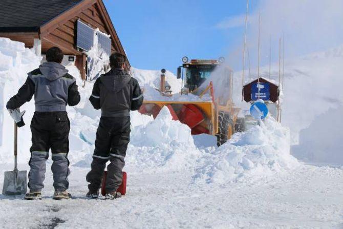 DIRIGERER: Nils Solheim og Frank Eldegard dirigerer og passar på slik at Olav Vee ikkje får anna enn snø inn i fresen sin.