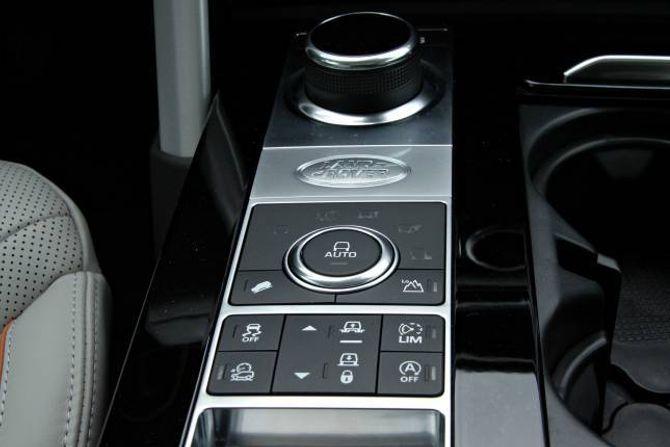 ENKLARE: Samanlikna med ein Range Rover er interiøret likt i utforming, men i enklare materialar.