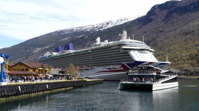 """OPPSKRIFTA: Grøn teknologi, som hybridbåten """"Fjordsyn"""" (her med cruiseskipet """"Britannia"""" i bakgrunnen) er eit døme på og heilårsturisme i form av meir jamn straum av besøkjande gjennom årstidene er noko av oppskrifta på berekraftig reiseliv."""