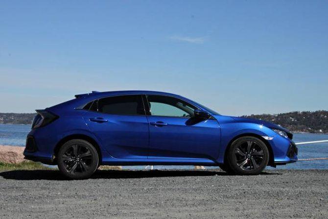 COUPÉ: Silhuetten til bilen minner om ein coupé. Det gjer at takhøgda i baksetet lir litt.