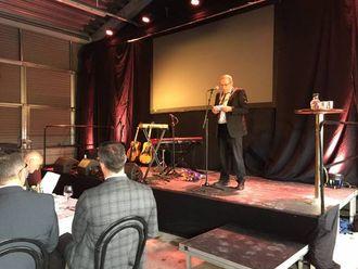 TALE: Jarle Aarvoll snakkar for den festkledde forsamlinga.