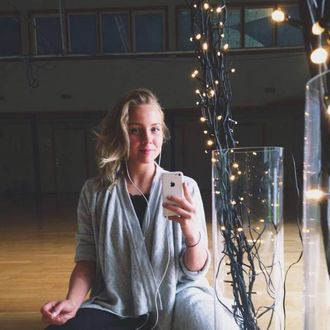 LARVER I MATEN: Trine Marie Johansen frå Årdal fekk seg eit lite sjokk då ho opna frukostblandinga frå AXA.
