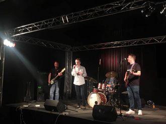 KONSERT: Jostein Ålhus frå ASVO-bandet tek seg av vokalen på ein av låtane frå husbandet under festen, beståande av Ketil Thorbjørnsen, Kenneth Araneda Sandnes og Øyvind Aga.