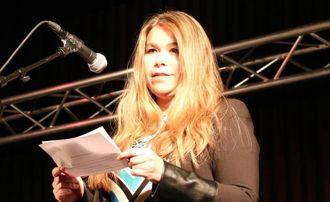 VELKOMSTTALE: Dagleg leiar ved Indre Sogn ASVO, Veronica Øyre, heldt velkomsttale før maten og konserten kom i gang.