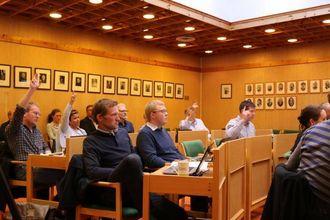 SJU-SJU: Sju stemmer frå Ap, SV og Venstre mot Sp sine sju vart røysteresultatet, noko som gjorde at setteordføraren fekk dobbelstemme.
