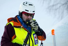REKORDSTART: Skisentersjef Per Odd Grevsnes gler seg over fantastisk sesongstart i Hodlekve. På biletet er han på øving som fagleiar for skredgruppa i Sogn.