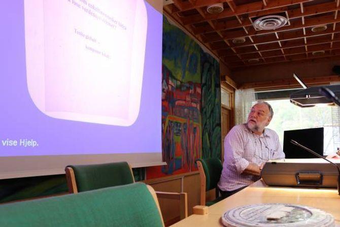 GODT MILJØTILTAK: KursleiarChristian Zurbuchen,ringleiar i Økoringen Vest, forklara kvifor heimekompostering har mykje føre seg.
