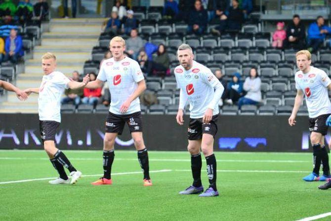SOLIDE: Kjetil Wæhler var sjef i Sogndal sitt forsvar, og saman med halvparten så gamle Per-Magnus Steiring utgjorde dei to eit botnsolid midtstopparpar.