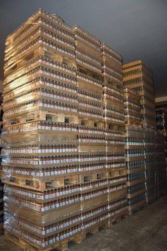 PAKKA OG KLAR: Slik ser 25.000 flasker med energidrikk frå Sogn ut.