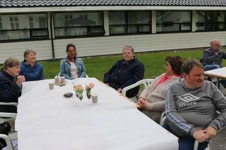 KOSA SEG: Berit Mikalsen (f.v.), Inger Karlsen, Gunn Helene Buhaug, Gudrun Slinde, Marit og Jan Asle Steinheim kosar seg på sjørøvarfesten.