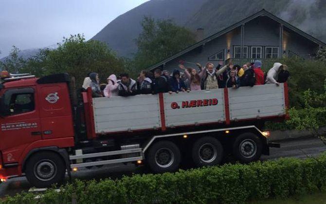 TRADISJON: I Årdal er det ein tradisjon at russen køyrer rundt i bygda i stor lastebil og vekker foreldra sine (og alle andre).
