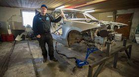 HEIMEMEKKA: Alvin Lægreid byggjer bil på ein låve. Sogndølen satsar hardt på den veksande motorsporten drifting.