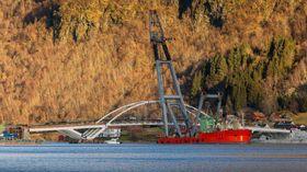 HISTORISK LØFT: I fjor vart hovudspennet på den nye Loftesnesbrui løfta på plass av Norges største kranbåt. Foto: Øyvind Nondal