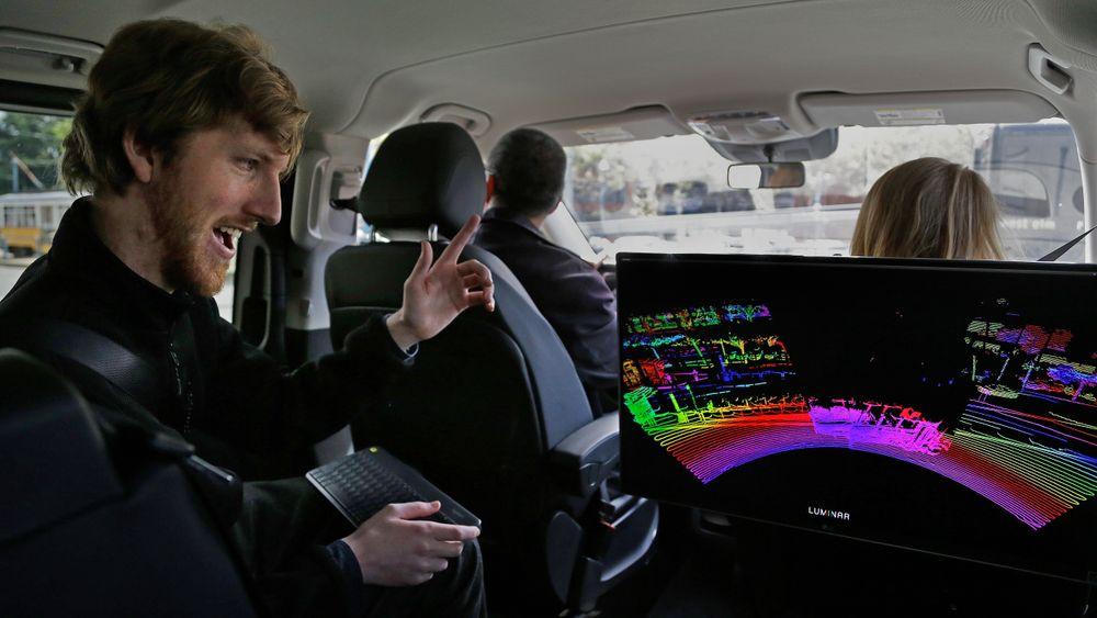 Austin Russel, administrerende direktør høs Luminar Technologies sitter i en bil utstyrt med Luminars lidarsensorer.