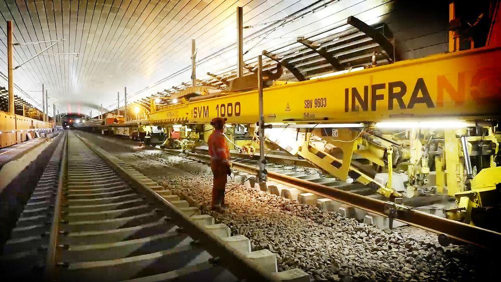 Siden mars har togene kjørt saktere enn planlagt gjennom Holmestrandporten. Siden mars har togene kjørt saktere enn planlagt gjennom Holmestrandporten. Stillbilde fra video som viser sporbyggertog som legger spor inne i Holmestrandporten
