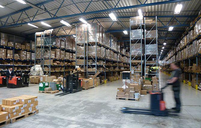 FULL FART: Rundt 25 mennesker er i sving på det 6000 kvadratmeter store lageret som har 7000 lagerførte varer.