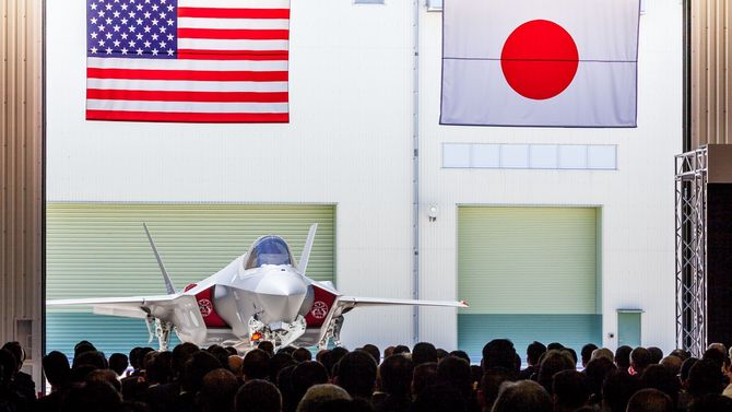 AX-5, det første japanskbygde F-35A, rulles ut av Mitsubishi-fabrikken for et halvt år siden.