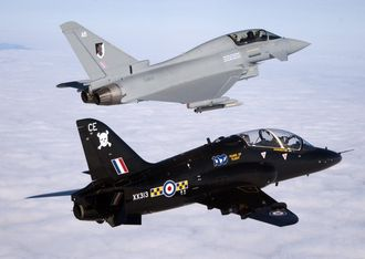 RAF kommer til Sola med to Eurofigher Typhoon (øverst) og to BAE Hawk.