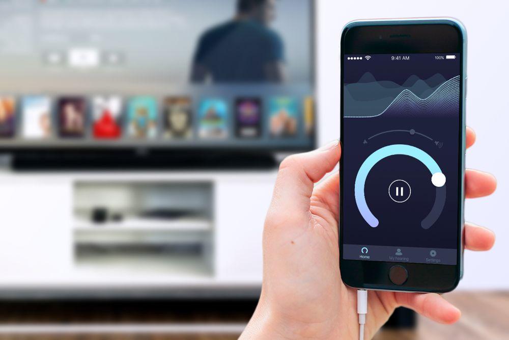 : Den norskutviklede MobileEars fra Listen AS gjør at man hører bedre selv om hørselen går ned med årene. Et av de viktigste bruksområdene har vist seg å være TV-lyd.