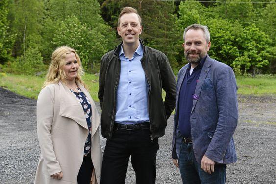 KRITISK: Sv politiker Nicholas Wilkinson (i midten), Her fotografert sammen med FAU representant ved Tårnåsen skole, Caroline Monstad og talsperson Paal Sjøvall i Stopp Støyen.