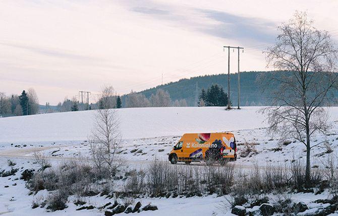 Fargerikt innslag i norsk vinterlandskap.