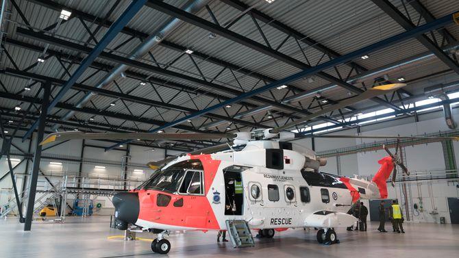 AW101 inne i den ene av tre helidokker da hangaren på Sola ble offisielt åpnet i juni.