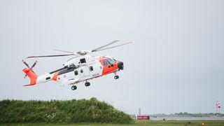 Her tar det nye redningshelikopteret en akrobatisk landing på den nye Sola-basen
