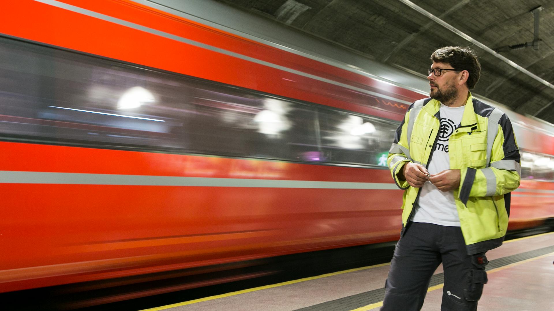 ANNONSE: Han har makten til å stanse togene gjennom Oslo - og bruker den smart