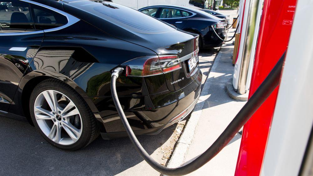 En Tesla Model S står til lading på Solli supercharger i Østfold. Disse ladestasjonene er bygd spesielt for elektriske biler fra Tesla og gjør det mulig å lade bilens store batteri på kort tid. Tesla bygger superladere langs de største veien i Norge og Europa.