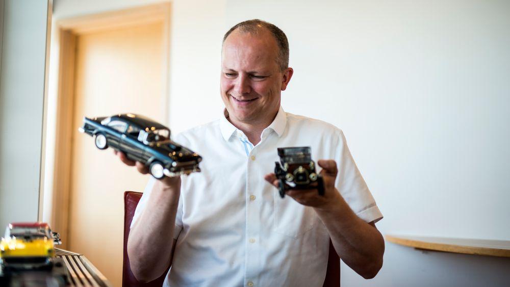 BROOM-BROOM: Samferdselsminister Ketil Solvik-Olsen samler på modellbiler. Nå foreslår han et regelverk som kan gjøre biler helt uten fører lovlig for utprøving i Norge. I høyre hånd har ministeren en 1955 Chevrolet BelAir, mens i venstre hånd ligger en T-Ford.