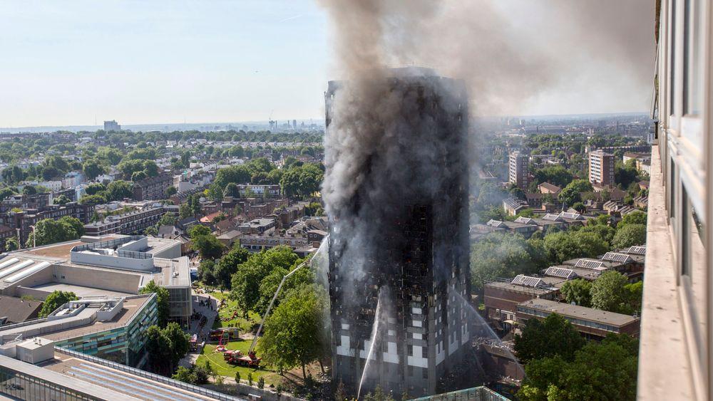 Den 24 etasjer høye boligblokken i London er fullstendig utbrent. Det spekuleres nå i om blokken  kan ha manglet brannsperrer.