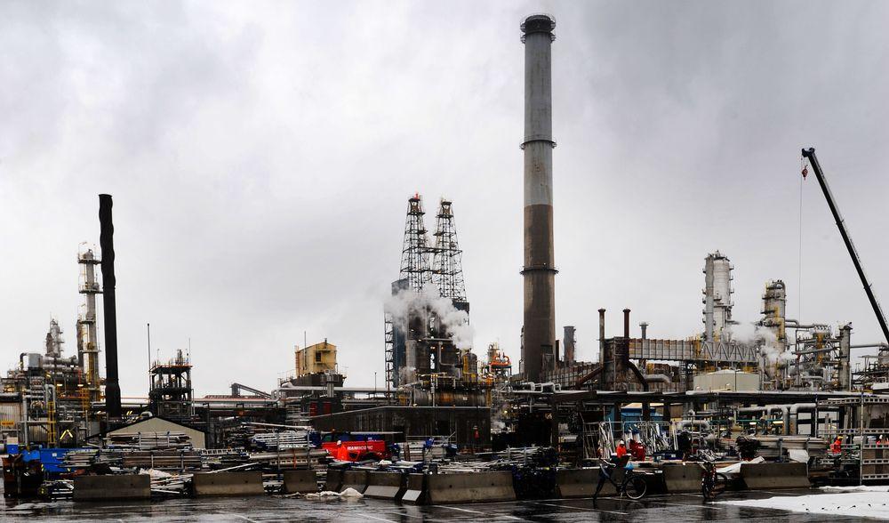Oljeraffineriet  på Mongstad har et av Norges aller største enkeltutslipp av CO2. Foto: Marit Hommedal / SCANPIX