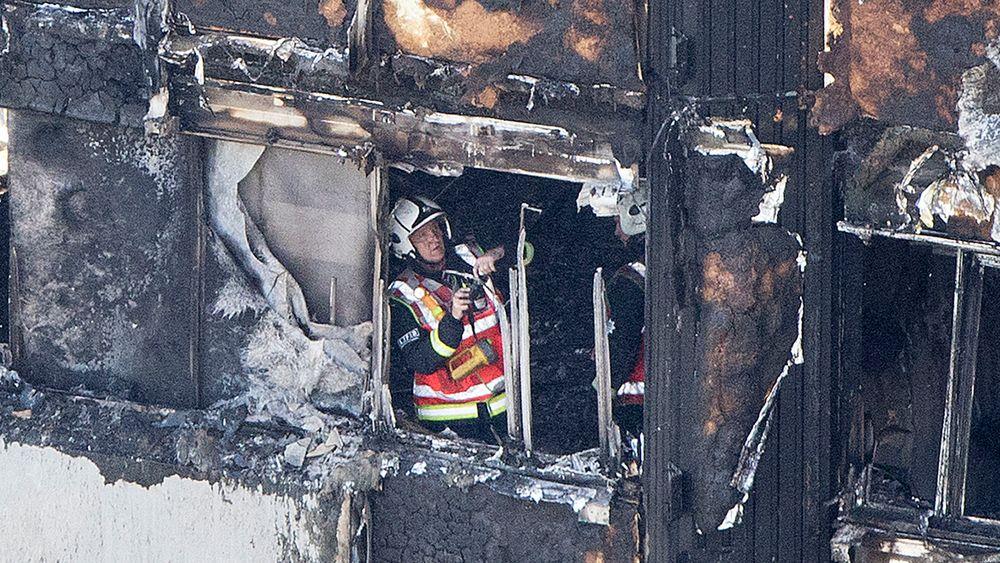 Det er trolig brukt brennbare fasadeplater i boligblokken som brant i London.