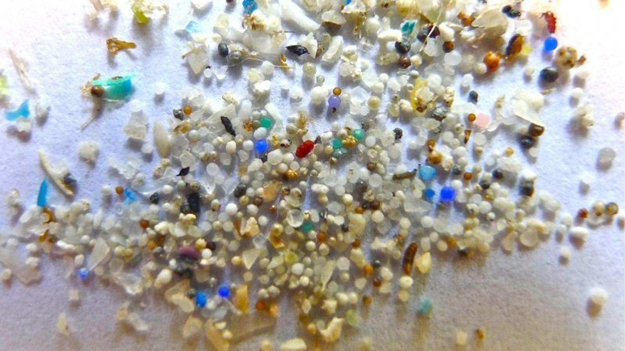 I årevis har kosmetikkbransjen tilsatt mikroplast i såpe- og kosmetikkprodukter, siden det gir en glatt eller lett skrubbende effekt. Det ender til slutt opp i vann og hav. Nå har forskere funnet et nedbrytbart alternativ.