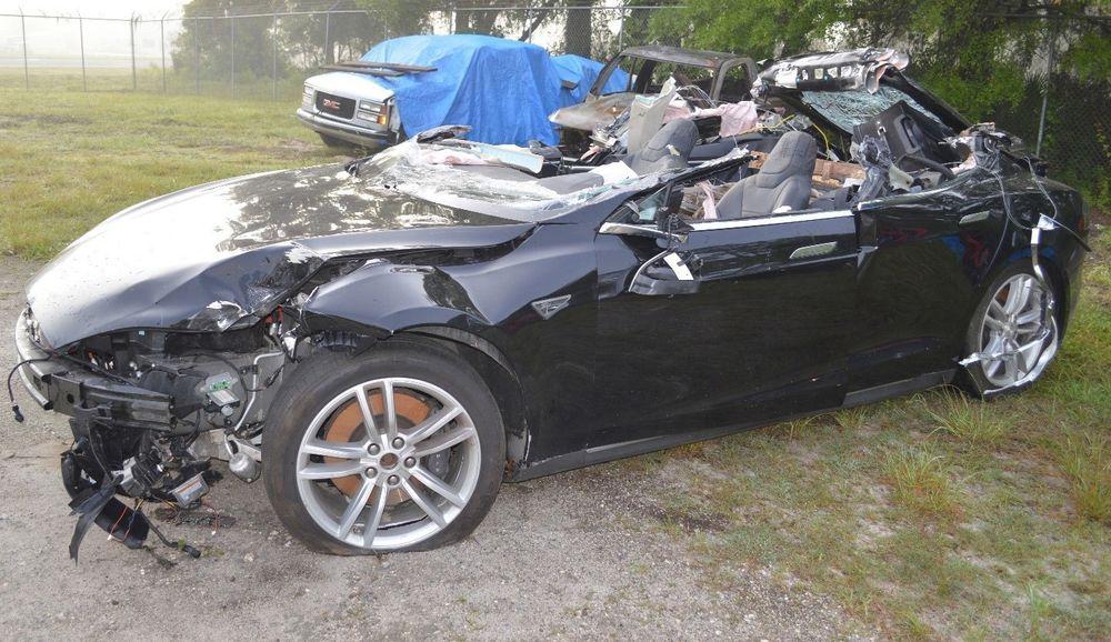 Tesla Model S etter kollisjonen for litt over et år siden.