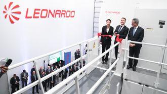 Forsvarsminister Ine Marie Eriksen Søreide, justis- og beredskapsminister Per-Willy Amundsen og Leonardo Helicopters-sjef Daniele Romiti åpner den nye AW101-simulatoren.