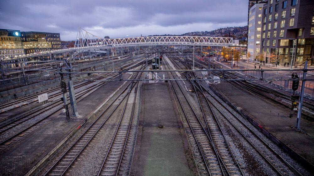 Fra og med lørdag vil det gå langt færre tog fra Oslo sentralbanestasjon.
