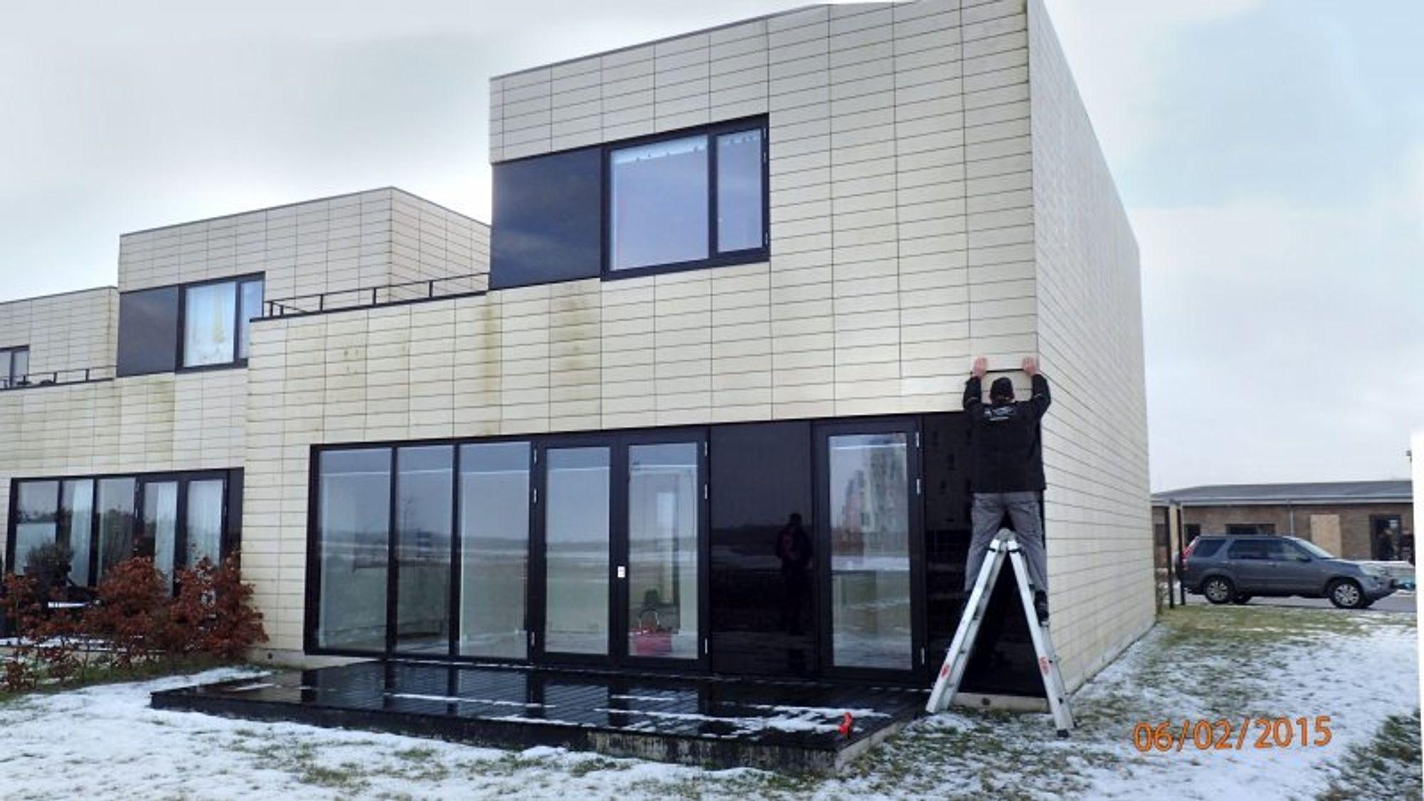 En del av beboerne i denne rekkehusbebyggelsen i Tjørring i Danmark ble nektet erstatning av forsikringsselskapene sine, selv om husene hadde fuktabsorberende MgO-plater i fasaden. En ny voldgiftskjennelse gjennomhuller nå argumentene til forsikringsselskapene. Foto: Orla Nautrup, Dansk Bygningsundersøgelse