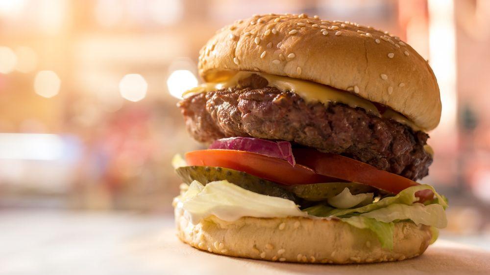The BurgerBot kan lage 400 helt ferdige hamburgere i timen, med både nykvernet kjøtt i burgerne, det man ønsker av salat og nyristet burgerbrød.