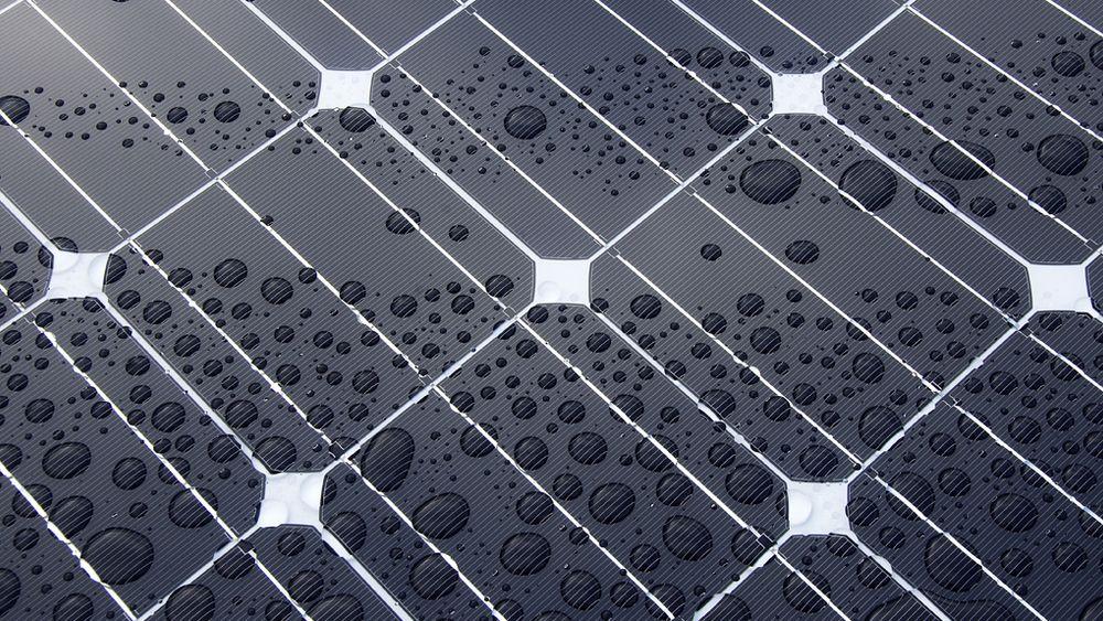 Vask av solcellepaneler er viktig for å ikke tape effektivitet.