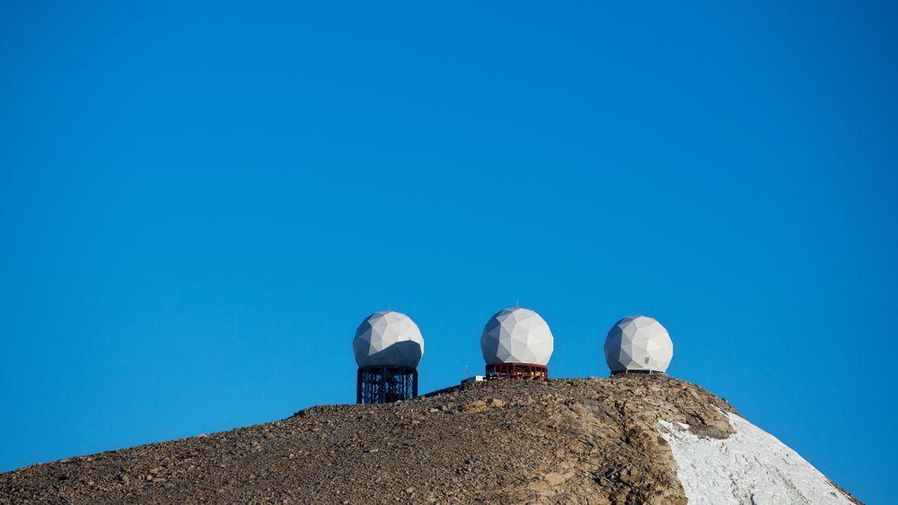 Ksat sine antenner står i fjellsiden rundt den norske forskningsstasjonen Troll i Antarktis. En stor delegasjon har kommet til Antarktis, deriblant kong Harald, for å feire 10-årsjubileet til den norske forskningsstasjonen. Foto: Tore Meek / NTB scanpix
