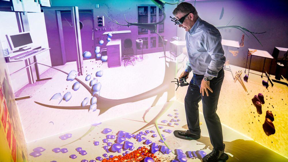 Dan Lejerskar i et VR-rom på Eon-senteret i Elverum.