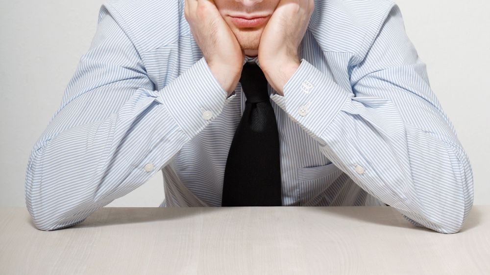Følelser kan rote til beslutningene du tar på jobb. Her er fire måter det kan skje på