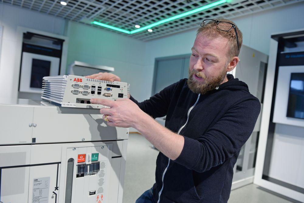Prosjektingeniør Jan-Egil Helgestad med smart-nett-boksen som skal inn i nettstasjonene i Sande.