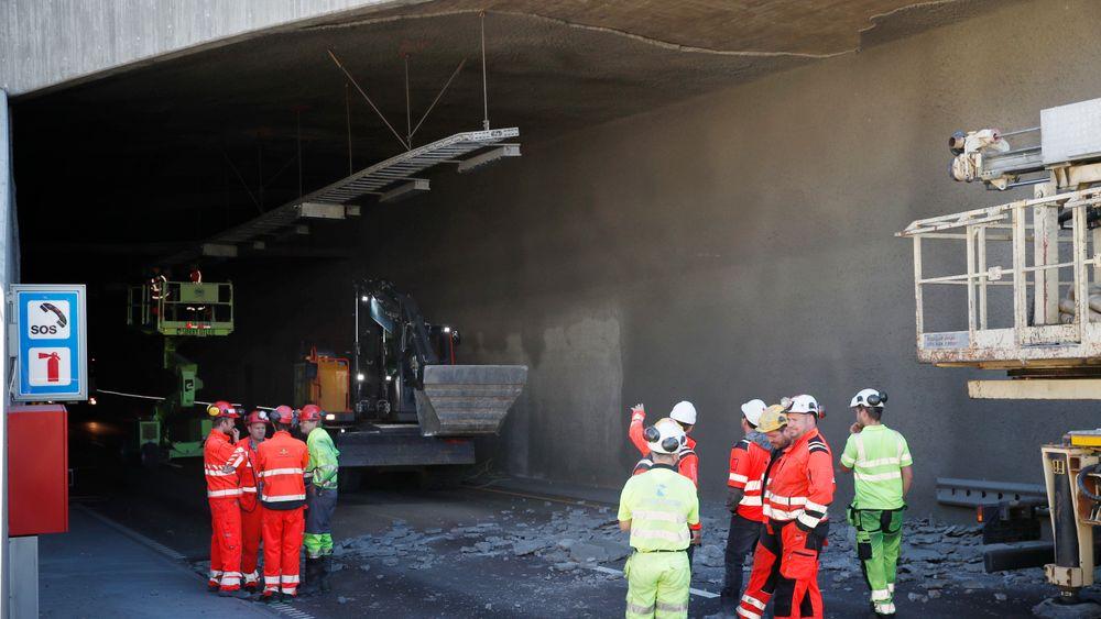 Deler av murpussen i taket på Brynstunnelen har falt ned. Foto: Terje Bendiksby / NTB scanpix