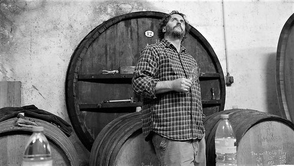 Tom Lubbe tar seg ikke nær av om noen kaller ham hippie så lenge de ikke kan overbevise ham om at det er andre måter som er bedre å lage vin på enn måten han gjør det .
