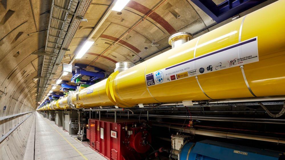 En del av den 2,1 km lange akseleratoren med superledende moduler opphengt øverst. Etter akseleratoren ledes elektroner videre til seksjoner der de utsettes for slalåm-bevegelser, som gir mulighet for utsending av røntgenstråling.