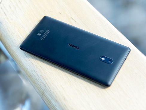 Designen er uvanlig enkel og elegant til en rimelig telefon å være. Og den likner mye på Nokias eldre Lumia-modeller.